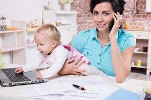 Frau mit Kind am Arbeiten