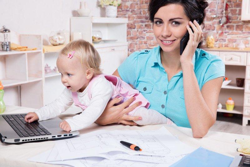 Frau-mit-Kind-am-arbeiten